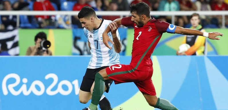 epa05455886 Cristian Pavon (L) of Argentina in action against Ricardo Esgaio (R) of Portugal during the men's group D preliminary round match of the Rio 2016 Olympic Games Soccer tournament between Portugal and Argentina at the Olympic Stadium in Rio de Janeiro, Brazil, 04 August 2016. Portugal won 2-0.  EPA/DIEGO AZUBEL